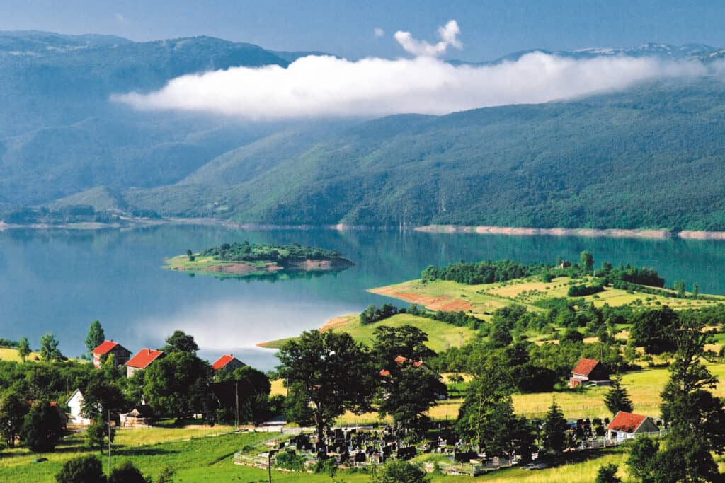Ovo je fotografija jezera s otočićem, Hercegovina