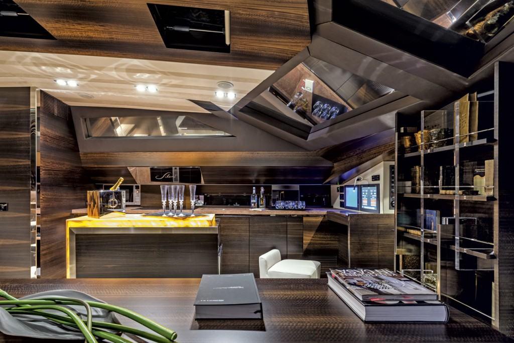Ovo je fotografija kuhinje spojene sa salonom na jedrilici Admiral