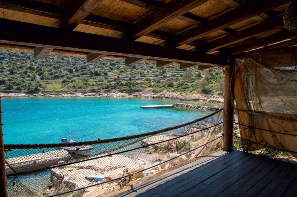 Pogled na uvalu i plažu u šibenskom arhipelagu