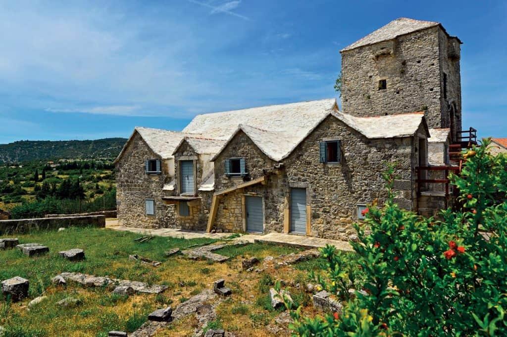Ovo je fotografija muzej otoka Brača Škrip