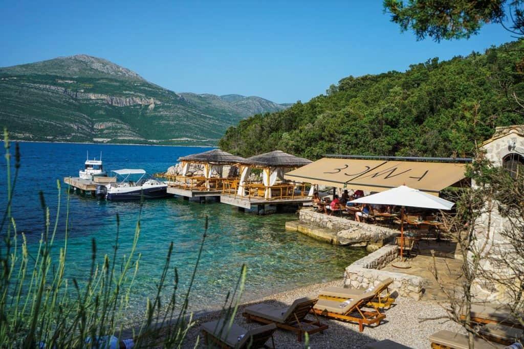 Ovo je fotgrafija otok Šipan restoran Bowa