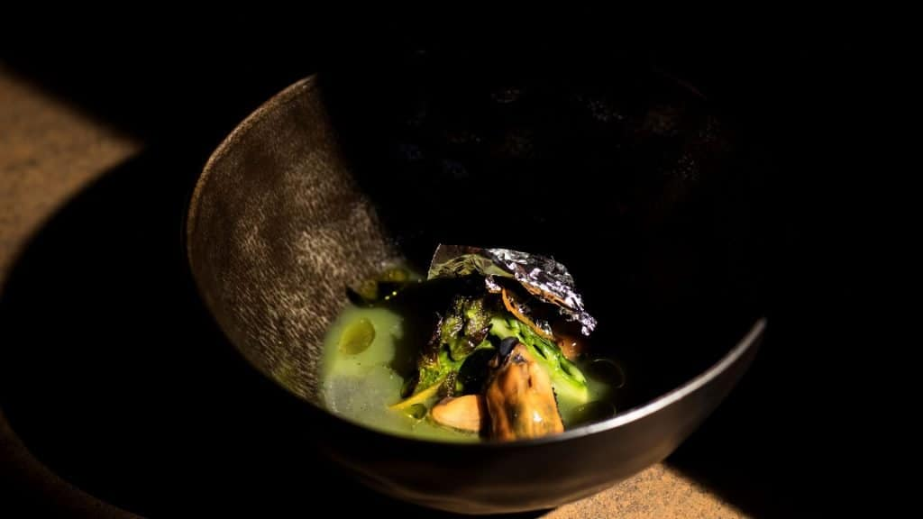 Silver mussel / Mussel, bitter orange, charcoal grilled green asparagus
