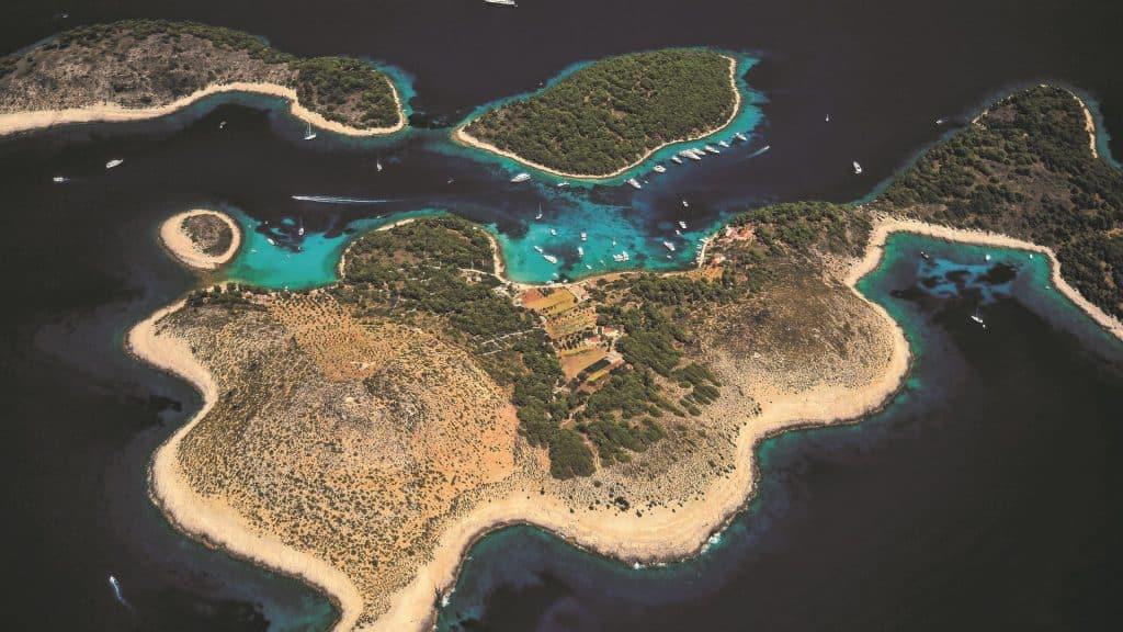 Turquise Lagoon In Split Archipelago 01