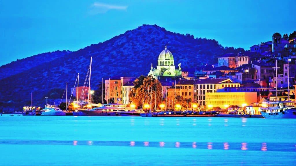Grad u Dalmaciji Pogled S Mora 01