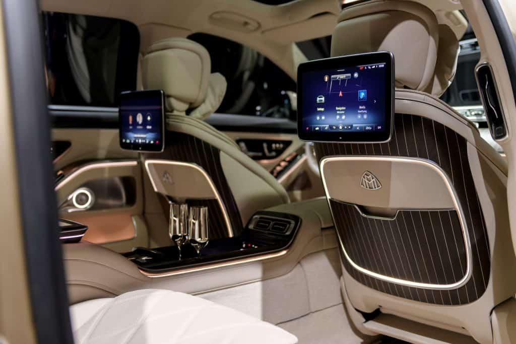Ovo je fotografija ekrana na prednjim sjedalima u Mercedes Maybach S klasi