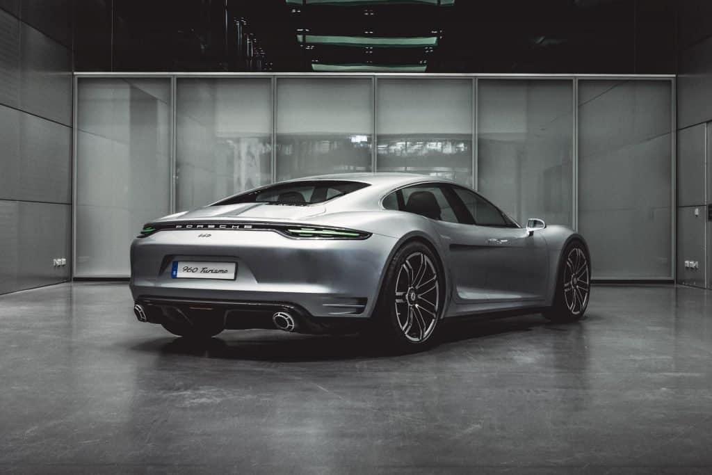U Formuli E tehnologija budućnosti dokazuje se u trkaćim uvjetima gdje se snaga, učinkovitost i održivost testiraju do krajnjih granica. Porsche 99X Electric u ovoj seriji sudjeluje od 2019. godine s neovisno razvijenim pogonskim sklopom koji bi mogao poslužiti i kao osnova za buduće potpuno električne spoThis is a photograph of a Porsche Vision Turismo Back View 01
