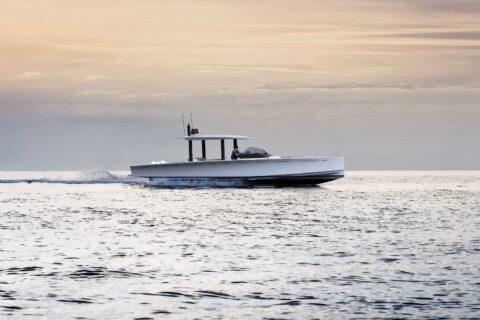 Ovo je fotografija Swan Shadow u plovidbi