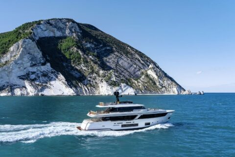 This iis a photography of Custom Line Navetta 30 side view