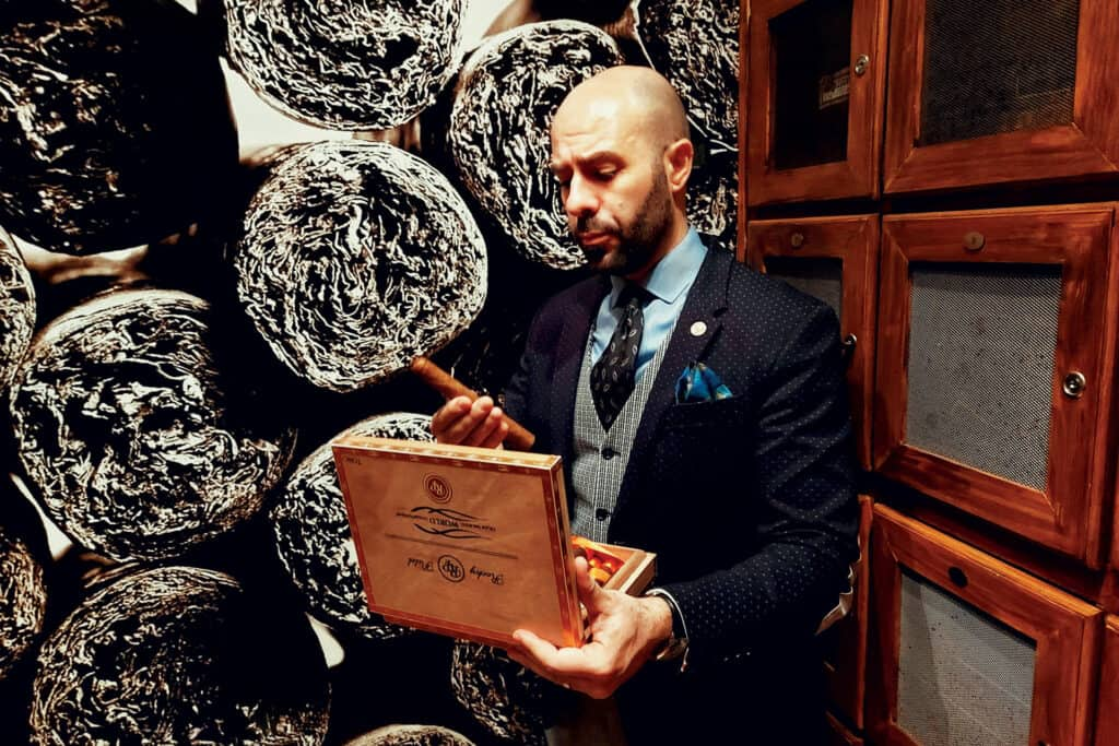 Ovo je fotografija Marka Bilića, Cigar club Mareva