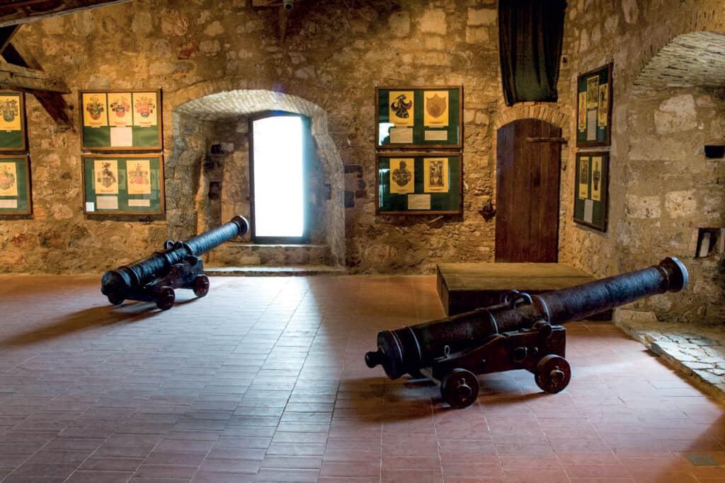 Ovo je fotografija topova u Muzeju Senj