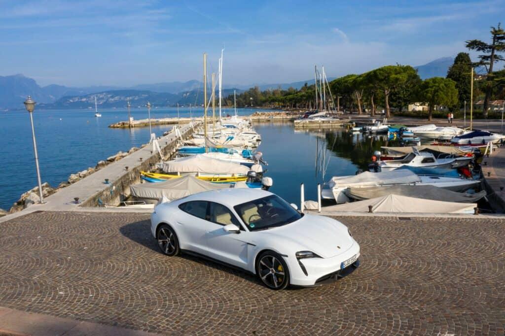 Ovo je fotografija bijeli Porsche Taycan