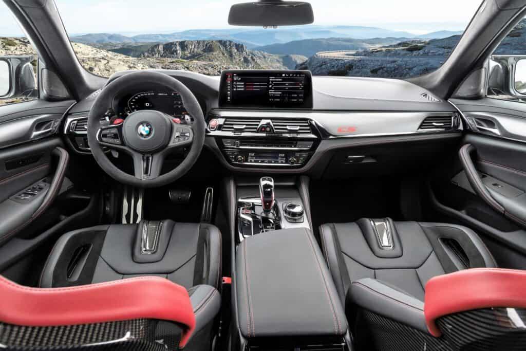 Oov je fotografija unutrašnjost BMW M5 CS