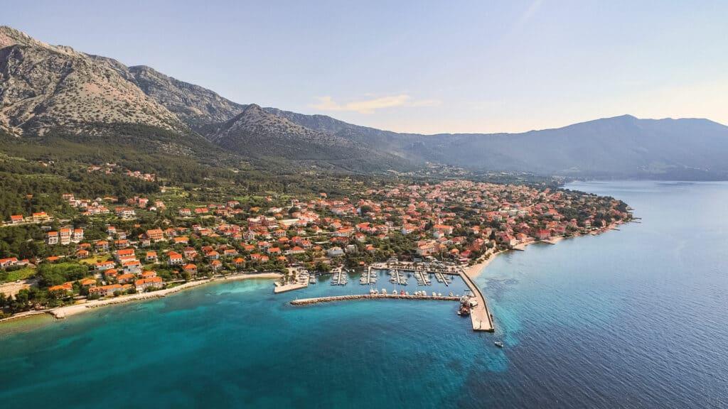 Ovo je fotografija strme obale i vinograda Pelješac, Jadran