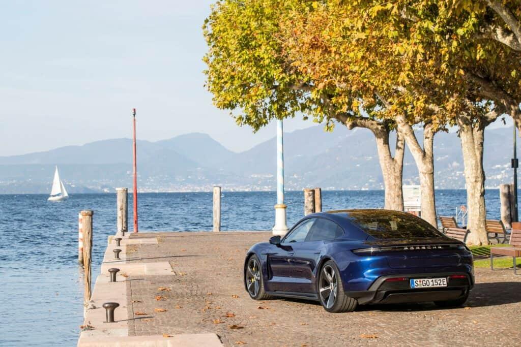 Ovo je fotografija plavi Porsche Taycan