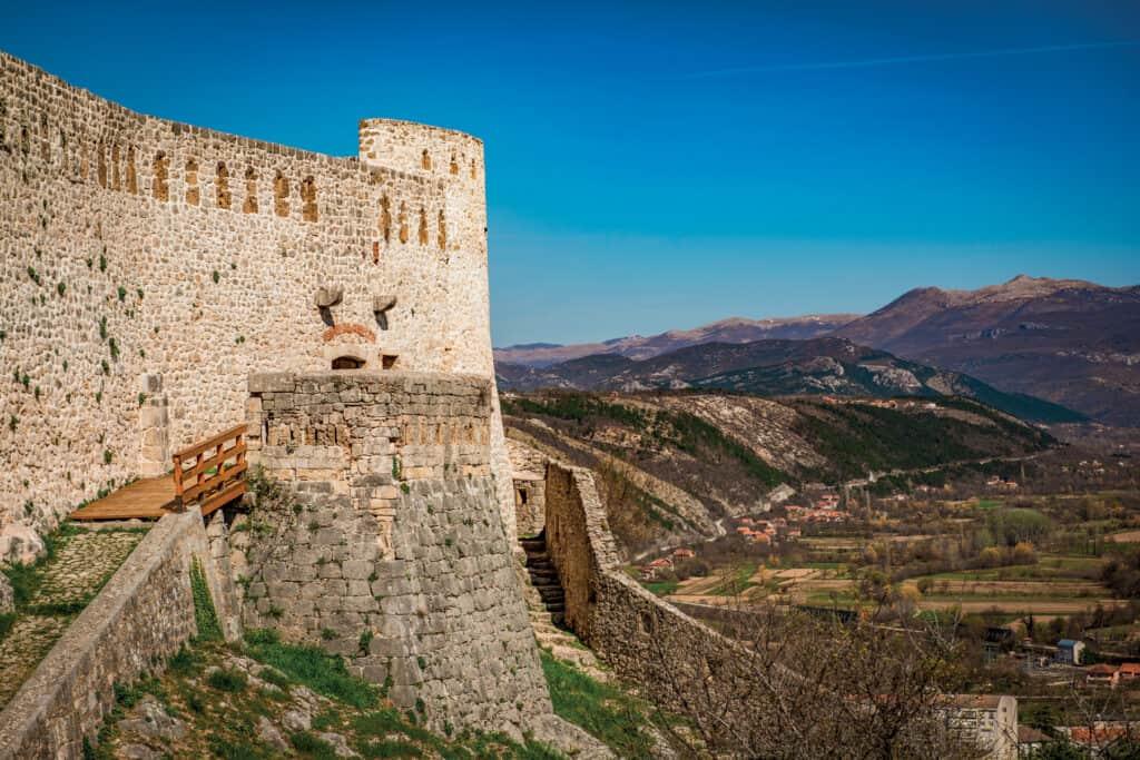 Ovo je fotografija vanjskih zidina kninske tvrđave