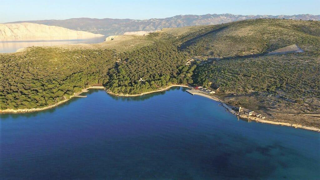 Ovo je fotografija luka sveti grgur u blizini marina punat