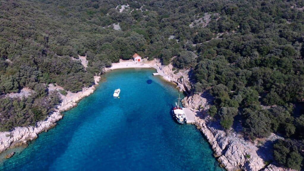 Ovo je fotografija uvala krušija otok plavnik u blizini marina punat