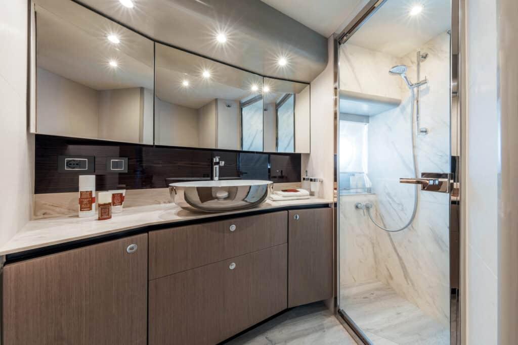 Ovo je fotografija vlasničke kupaonice Navetta 48