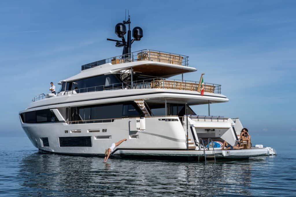 Ovo je fotografija Custom Line Navetta 30 novi broj Yachtsa
