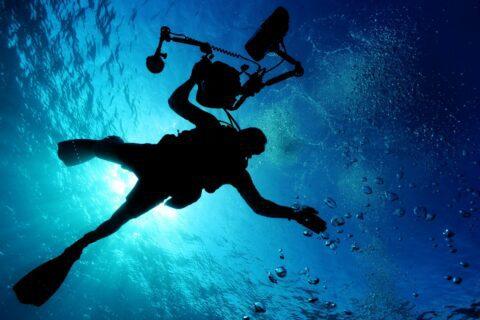 Ovo je fotografija ronioc pod morem