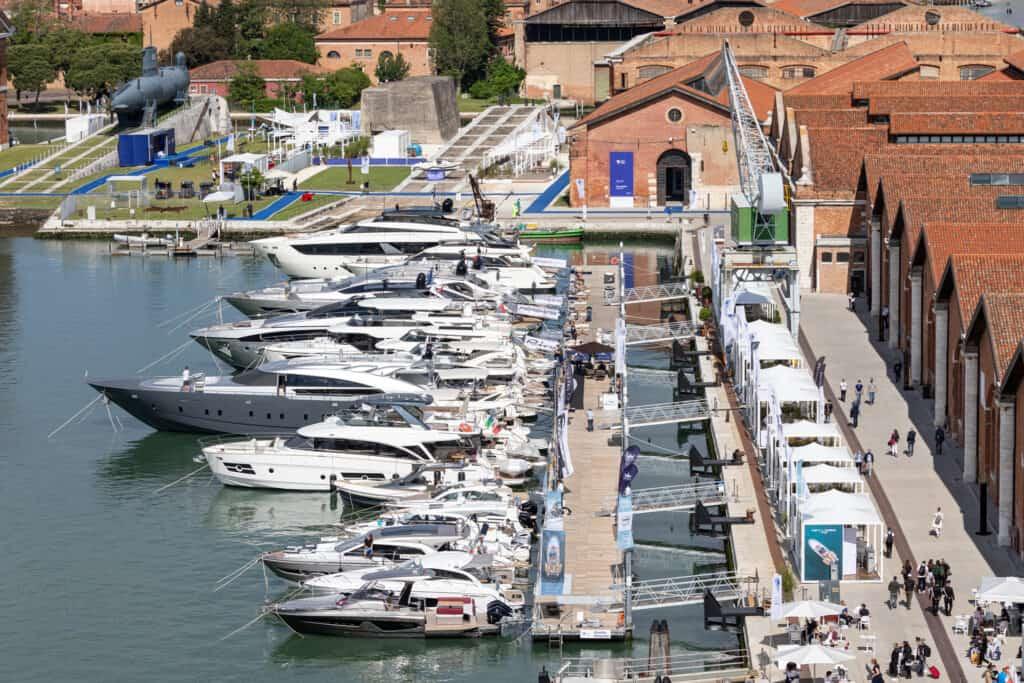 Ovo je fotografija brodova na sajmu u Veneciji