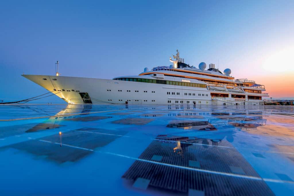 Ovo je fotografija broda pored Pozdrav Suncu, grad Zadar