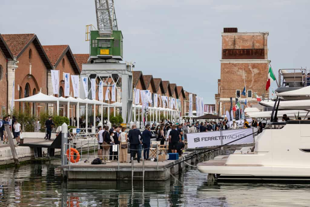 ovo je fotografija Ferretti brodova u Veneciji