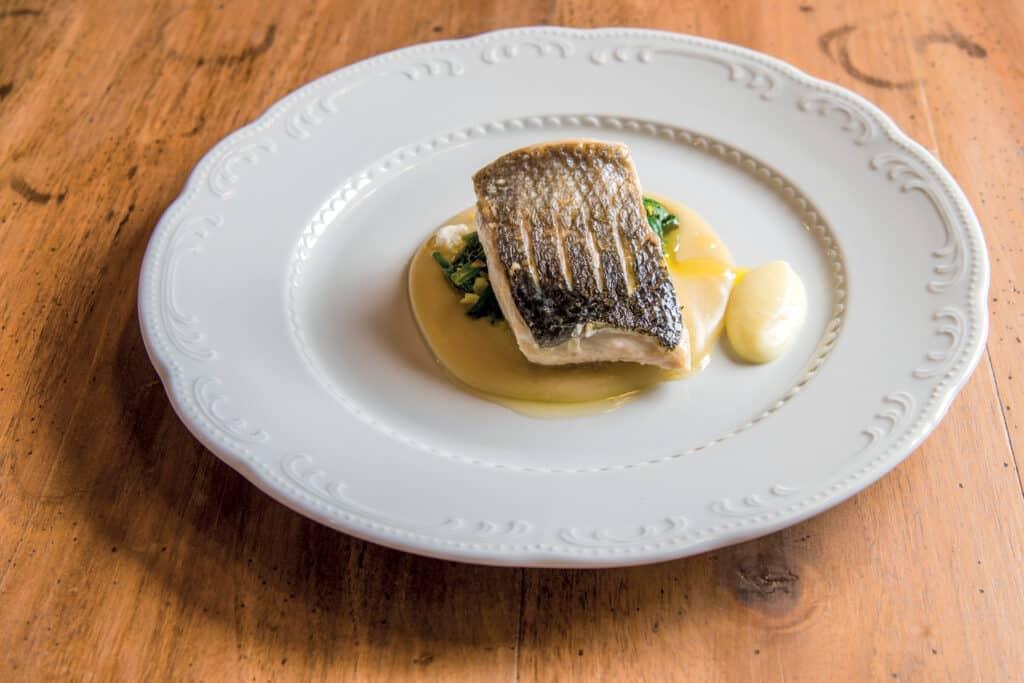 Ovo je fotografija serviranog jela, filet ribe