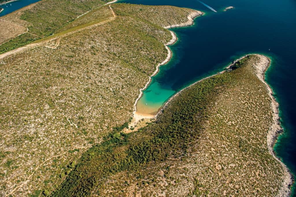 Ovo je fotografija Uvala Smokova, otok Vis