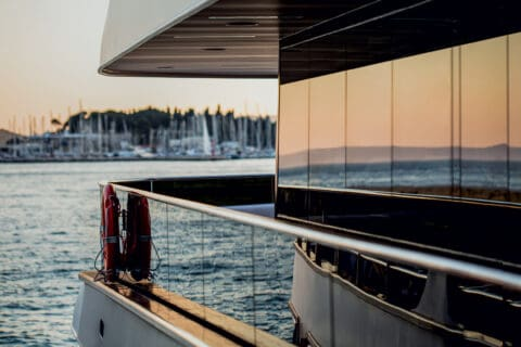 Ovo je fotografija stakla Kristal primjenjen na brodu